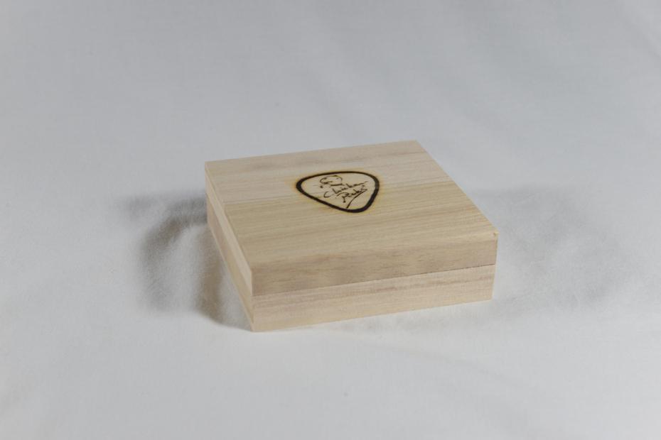 Chickenpicks Geschenkbox aus Holz inklusive 3 Picks und Leder-Pick-Schlüsselanhänger